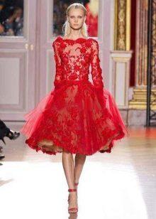 Punainen Kurzhova-mekko, jossa pitkät hihat