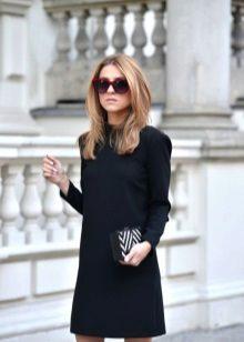 Musta lyhyt villainen mekko, jossa pitkät hihat