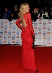 Pitkä punainen mekko, jossa pitkät hihat ja avoin selkä