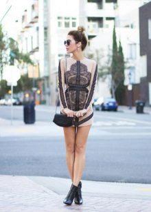 Lyhyt mekko, jossa pitkät hihat ja pitsiosat
