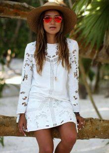 Valkoinen lyhyt mekko, jossa pitkät hihat