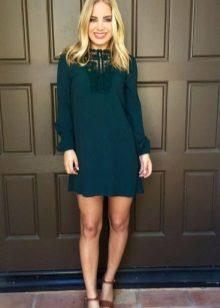 Lyhyt suora vihreä mekko, jossa pitkät hihat
