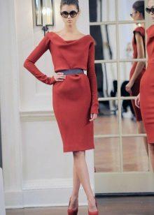 Tiukka mekko, keskipitkä ja pitkät hihat