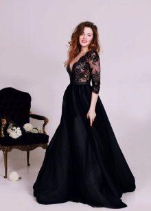 Pitkä musta mekko, jossa pitkät hihat