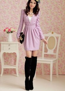 Lilac dress with a high waist in combination with boots