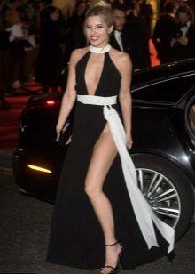 Langsiktig lang kjole kombinert med stilett sandaler