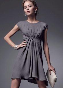 Grå kort, høyt i livet draperet kjole