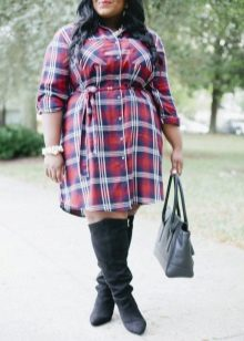 Kleed een rood geruit overhemd aan voor zwaarlijvige vrouwen in combinatie met laarzen
