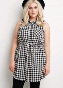 Jurk shirt aan de riem in een kleine zwart-witte kooi voor zwaarlijvige vrouwen