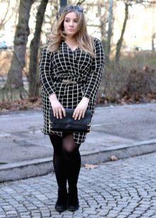 Zwarte jurk in een omslag met een geur voor vrouwen met overgewicht