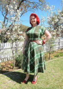 Groene jurk in een kooi met een zachte rok voor vrouwen met overgewicht