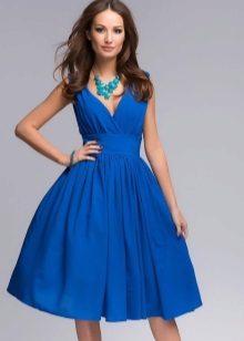 Blå flakkede kjole fra midjen