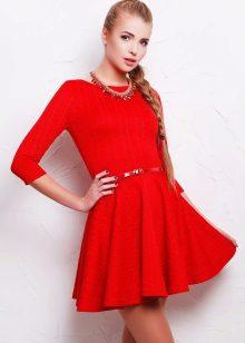 Rød flared kjole fra midjen