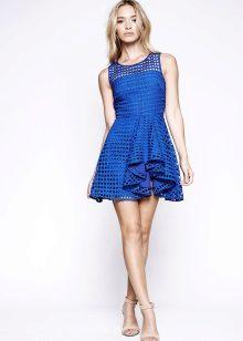 Blå flakkede kjole