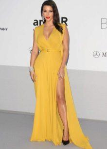 Sko til en gul lang flared kjole