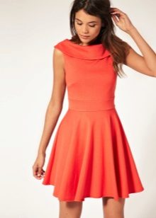Orange flared kjole fra midjen