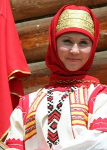 Russian dress and accessories to it