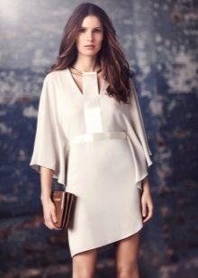 Valkoinen neulottu mekko on löysä