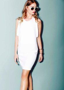Valkoinen neulottu mekko ilman hihoja