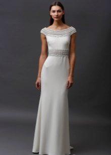 Valkoinen neulottu mekko lattiaan