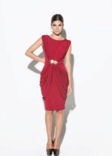 Punainen neulottu mekko