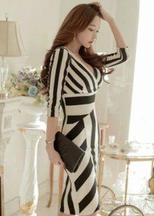 Musta ja valkoinen raidallinen neulottu mekko
