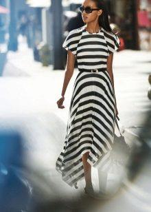 Musta, raidallinen neulottu mekko