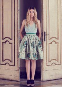 Neulottu mekko, jossa on kukkakuvio ja pehmeä hame