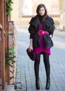 Musta sukkahousut kirkkaaseen neuleeseen