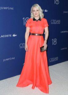 Pavasario suknelė su raudonu kilimu