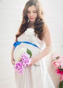 Buig zwanger op een jurk
