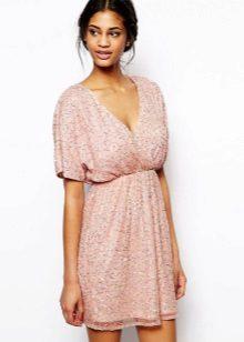 Korte zelfgemaakte jurk met een hoge taille