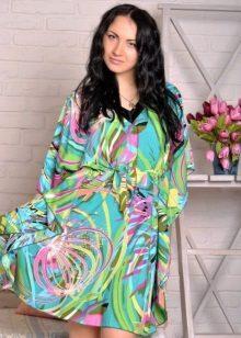 Een kleurrijke zelfgemaakte kimono-jurk