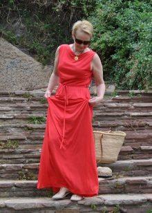 Vestido de verão para mulheres de 50 anos no chão