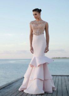 Sereia de vestido de verão com uma cauda magnífica