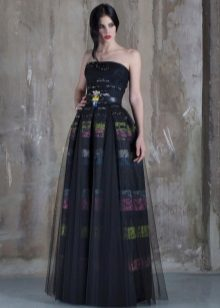 Musta olkaimeton mekko