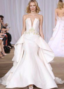 Stroppløs brudekjole med stupende halsring