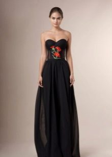 Olkaimeton mekko, jossa on kirjonta