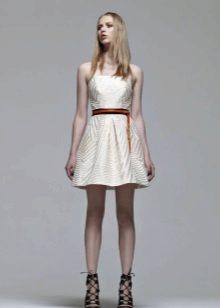 Stroppløs hvit myk kjole