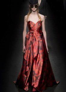A-linjainen olkaimaton mekko lattialle