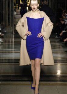 frakk under en stroppeløs kjole