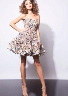 Monivärinen pörröinen olkaimeton mekko
