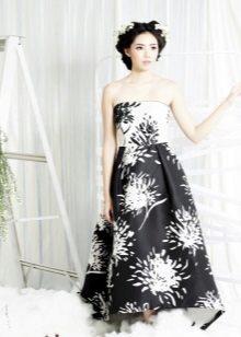 Svart og hvit stroppeløs kjole med trykk