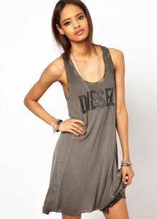 Kort kjole-skjorte av et gratis kutt