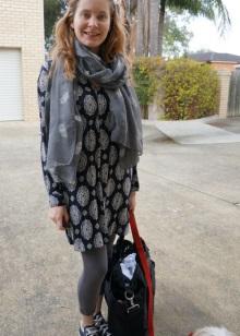 Šaty taška v kombinaci s tenisky, legíny a šátek