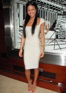 Hvit kjole av middels lengde for firma