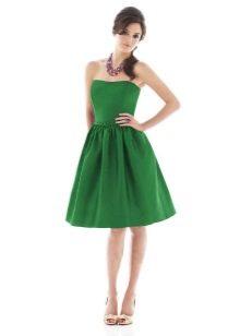 Vihreä bustier-mekko, jossa on kellon hame