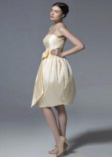 Tyylikäs beige bustier-mekko, jossa on kellon hame
