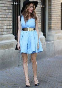 Rochie scurta, albastra, cu fusta de soare, in combinatie cu o palarie si o curea de aur metalica
