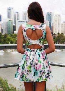 Estampa floral sobre o vestido de cortex com uma saia aberta sol
